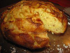 3 maçãs grandes de boa qualidade cortadas em fatias finas - 3 ovos - 200 g de açúcar - 100 g de iogurte natural - 100 g de manteiga - 50 g de nozes tritadas - 200 g de farinha de trigo - 1 pitada de sal - 1 colher de sopa de fermento em pó - Açúcar mascavo para polvilhar -