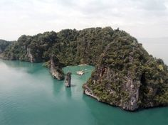Archipelago Cinema is an auditorium raft that recently debuted at the Film on the Rocks Yao Noi festival on the island of Yao Noi, in Southern Thailand. The cinema was designed by German architect Ole Scheeren. Drive In, Outdoor Screens, Outdoor Cinema, Tilda Swinton, Archipelago, Movie Theater, Theater Seats, Theatre, Phuket
