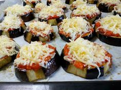 ΜΑΓΕΙΡΙΚΗ ΚΑΙ ΣΥΝΤΑΓΕΣ 2: Μελιτζάνες σαν πιτσάκια !!! Vigan, Appetisers, Veggie Dishes, Greek Recipes, Sushi, Recipies, Sweet Home, Food And Drink, Cooking Recipes