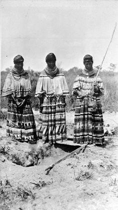 Three Seminole women - Florida Date Native American Wisdom, Native American Pictures, Native American Women, Native American History, Native American Indians, Native Americans, Seminole Patchwork, Seminole Indians, Race In America