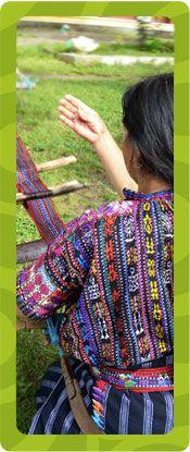 Aj Quen-projektin kutoja valmistaa tässä puuvillakangasta kantoliinoja, kukkaroita ja laukkuja varten. Menetelmä on backstrap loom - lantiokangaspuut? :)  The Weavers