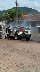 Carro com sete ocupantes pega fogo no centro de Rodeio