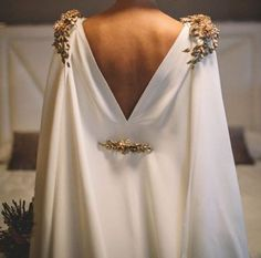 2019 gelinlik trendi: Pelerinli gelinlikler 2019 wedding dress trend: Wedding dresses with capes Wedding Dress Trends, Wedding Gowns, Civil Wedding, Modest Wedding, Trendy Wedding, Rustic Wedding, Lace Wedding, Cape Dress, Dress Up