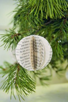 Make Christmas Balls in Newspaper Make Balls . Noel Christmas, Christmas Balls, Christmas Crafts, Christmas Decorations, Marie Claire, Diy Origami, Handmade Ornaments, Winter Day, Stuffed Toys Patterns