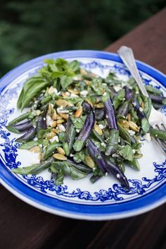purple green beans with chopped fresh basil, feta and pepitas (pumpkin seeds) By Erin Gleeson for The Forest Feast. Add garlic to beans and Sriracha and onion powder to sauce Purple Green Beans Recipe, Purple Beans, Vegetarian Cookbook, Vegetarian Recipes, Healthy Recipes, Green Bean Salads, Green Bean Recipes, Fresh Bean Recipe, Easy Summer Salads