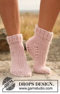 Knitting Patterns Socks Welcome to DROPS Design! Here you will find more than free knitting and crochet instructions … Chunky Knitting Patterns, Knitting Socks, Free Knitting, Finger Knitting, Scarf Patterns, Knitting Tutorials, Drops Design, Knitted Slippers, Crochet Slippers