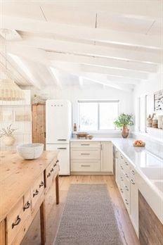 modern cottage kitchen, rustic kitchen design, modern farmhouse kitchen with whi. modern cottage k Rustic Kitchen Design, Farmhouse Style Kitchen, Modern Farmhouse Kitchens, Interior Design Kitchen, New Kitchen, Kitchen Dining, Kitchen Decor, Kitchen Ideas, Kitchen Inspiration