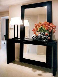 Una alternativa al ya convencional espejo encima de una consola de recibidor es colocar un gran espejo hasta el suelo detrás de una consola de lineas ligeras para crear profundidad. Nosotros lo hemos...