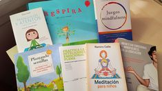 La práctica de mindfulness en el aula  o atención plena reporta un sinfín de beneficios para los niños y adolescentes. Ayuda a regular emociones. Mindfulness, Kids, Teacher Education, Toddler Yoga, Children, Boys, Children's Comics, Boy Babies, Kid