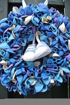 Feestelijke krans met blauwe ballonnen en schoentjes, voor een baby shower of om na de geboorte aan de deur te hangen!
