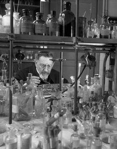 © Robert Doisneau - Laboratoire de chimie minérale 1943