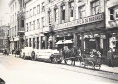 Lange Nieuwstraat. Winkels met kantoormateriaal. Voor de deur platte natiewagen, beladen met kratten
