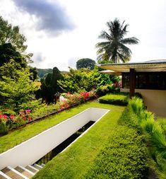 La piscine entoure la maison et se transforme en fontaine naturelle décorative