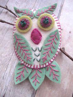 Leafy Owl Brooch/Pendant by SandhraLee on Etsy Felt Owls, Felt Birds, Fabric Crafts, Sewing Crafts, Felted Wool Crafts, Owl Ornament, Crochet Amigurumi, Felt Embroidery, Owl Crafts