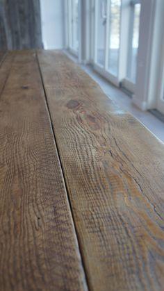 Cette table de salle à manger bois récupéré belle fait à la main est un véritable sujet de discussion. Fait à laide de poutres de toiture vintage récupéré et un cadre en acier conique boîte, les poutres de toiture montrent des signes dune vie pleine industrielle, mais sont poncées dos soigneusement pour une expérience agréable à manger. Cette table allie une surface rustique et accueillante, avec un élégant cadre conique industriel et moderne pour créer une table qui pourrait paraître dans…