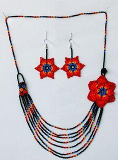 collar y aretes de piedras chaquiras realizado por la tribu Embera de Colombia... Native Beading Patterns, Beaded Necklace Patterns, Seed Bead Projects, Beading Projects, Beard Jewelry, Jewelry Crafts, Handmade Jewelry, Beaded Collar, How To Make Necklaces