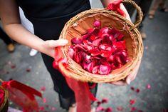 Blumenkorb mit roten Rosenblättern zum Streuen - sieht edel und festlich aus.