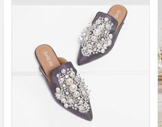 To find out about the Faux Pearl Decorated Flat Mules at SHEIN, part of our latest Flats ready to shop online today! Cute Shoes, Me Too Shoes, Mule Plate, Mules Shoes Flat, Latest Shoe Trends, Pointed Toe Flats, Polyvore, Beautiful Shoes, Fashion Shoes