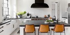 black and white kitchens Off White Kitchen Cabinets, White Wood Kitchens, White Kitchen Decor, Farmhouse Kitchen Decor, Kitchen Ideas, Kitchen Black, Small Apartment Kitchen, Black Decor, White Decor