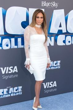 Jennifer Lopez im All-White-Look: Zu klassischen Pumps und dezenter Clutch trägt die Schauspielerin ein knielanges Kleid von Vatanika. Dazu…