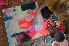 Her får en elev undervisning i abstrakt maleri hos kusntner Mette Lindberg