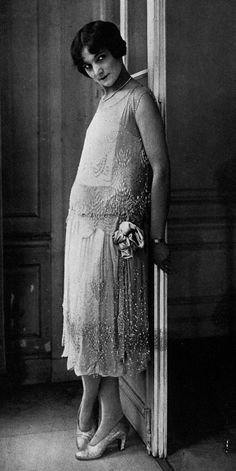 "1926 Robe du Soir (evening gown) by Paris designer Jenny. From ""Les Modes"" magazine 20s Fashion, Art Deco Fashion, Fashion History, Fashion Photo, Vintage Fashion, Vintage Glamour, Vintage Beauty, Belle Epoque, Vintage Photographs"