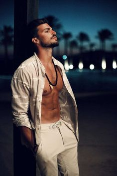 When the sun goes down – light summer outfit for date night Date Outfits, Summer Outfits, Mdv Style, Street Style Magazine, Mens Photoshoot Poses, Photography Poses For Men, Hommes Sexy, Male Poses, Online Shopping Clothes