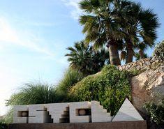"""Conjunto escultórico """"Estela"""" compuesto por 6 bloques de mármol travertino formando el nombre del Hotel Estela. Creado por Subirachs en 1997. Se encuentra en la terraza del hotel.   English: sculptural set """"Estela"""" composed by 6 blocks of travertine marble forming the name of Hotel Estela. Created by Subirachs in 1997. It is located in the terrace of the hotel. Lorenzo Quinn, Sitges, Sidewalk, Plants, Travertine, Artworks, Sculptures, Terrace, Side Walkway"""