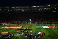 Vista general del Estadio Olímpico de Kiev, con las dos selecciones momentos antes de empezar el partido.  JEFF PACHOUD (AFP)