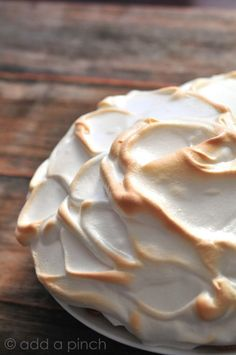 An easy Meringue Recipe filled with tips for that perfect, fluffy, meringue to top all sorts of pie recipes, puddings, and other treats. Get this perfect meringue recipe you are sure to love. Köstliche Desserts, Delicious Desserts, Dessert Recipes, Yummy Food, Plated Desserts, Cupcake Recipes, Cookie Recipes, Easy Meringue Recipe, Making Meringue