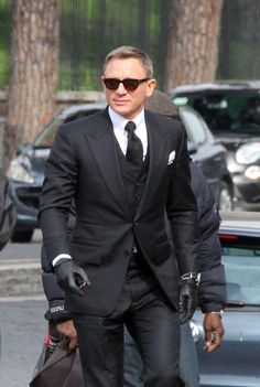 En tournage à Rome pour le nouveau James Bond, Daniel Craig endosse le costume Tom Ford de l'agent secret le plus stylé. Une version trois-pièces très bien coupée, mais pas très discrète.