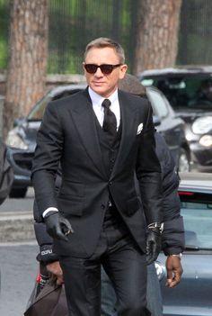En tournage à Rome pour le nouveau James Bond, Daniel Craig endosse le costume Tom Ford de l'agent secret le plus stylé. Une version trois-pièces très bien coupée, mais pas très discrète.