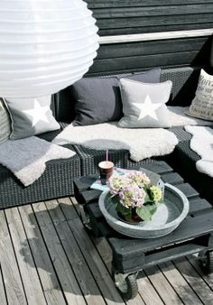 Charcoal and white outdoor decor Gray Garden, Home And Garden, Outside Living, Outdoor Living, Garden Furniture, Outdoor Furniture Sets, Patio Interior, Deck Decorating, Outdoor Spaces