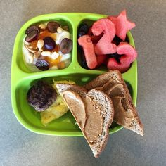PB&J yogurt, strawberries, blueberries and watermelon shapes. One sausage patty, scrambled eggs and PB toast Easy Toddler Lunches, Toddler Menu, Healthy Toddler Meals, Kids Meals, Toddler Food, Healthy Meals, Baby Food Recipes, Snack Recipes, Creative Snacks
