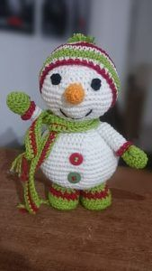 Boneco de Neve pra esquentar o Natal! – JUNTOS POR AÍ, FAZENDO ARTE! Crochet Animals, Crochet Toys, Holiday Ornaments, Holiday Decor, Crochet Patron, Holiday Crochet, Crochet Squares, Decorative Items, Christmas Time