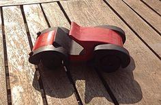 Handgemaakt houten speelgoed: sportwagen Kleur en afwerking kan volledig zelf gekozen worden. Wenst u liever een houten look? of een geverfde versie. Interesse of vragen? Stuur gerust een berichtje