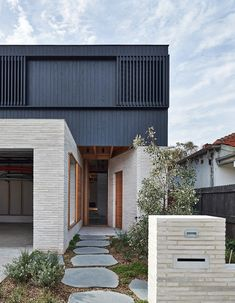 Rich and robust: Brick House - Architecture Modern Brick House, Modern House Facades, Modern House Design, Loft Design, House Cladding, Facade House, Exterior Cladding, House Exteriors, Modern Exterior