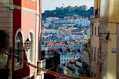 Lissabon (Portugal): Zeit zu zweit - via Travel on Toast 14.02.2015   Ob herrliche Plätze, prächtige Bauten oder verwinkelten Gassen, Lissabon eignet sich hervorragend, um zu Fuß erkundet zu werden. Neben grandiosen Bauwerken ist die Stadt am Wasser gebaut und bietet tolle Ausflugsmöglichkeiten am Flussufer. Dabei ist zu beachten dass Lissabon – ebenso wie Rom – auf sieben Hügel erbaut wurde. Lisbon, Times Square, Dreams, Travel, Beautiful, Lisbon Portugal, River, Explore, Rome