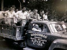 O presidente Juscelino Kubitschek em caminhão da Rodobras no inicio da construção da Rodovia Belém-Brasilia, década de 50.