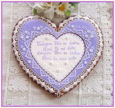 Svatební srdce děkovací - fialové Glazovaný perníček ve tvaru srdce zdobený bílkovou polevou. Cena je za 1 ks ve velikosti 25 cm,balený do celofánu a převázaný stuhou. Perníček může být v barvě podle přání zákazníka. Tento výrobek je pouze dekorační,není určen ke konzumaci.