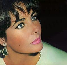 Elizabeth Taylor, yo la adoro, pero la verdad es que no son violetas. // I adore…
