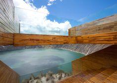 Plataforma de Observação Sobre Lago de Cratera Vulcânica nos Andes Equatorianos