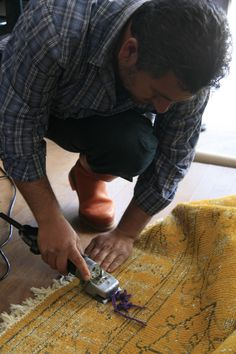 The threads are cut in order to make visible the special pattern on SURAVA.
