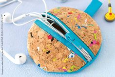 Entweder verheddern sich Kopfhörer oder sie sind einfach nicht zu finden! Damit ist jetzt Schluss: Wir zeigen dir, wie du eine hübsche und praktische Kopfhörer-Tasche aus Korkstoff nähen kannst - mit einer wunderbaren Anleitung von Makerist-Designerin frau scheiner!