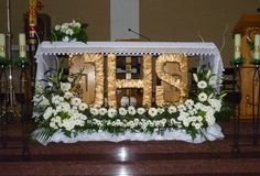 Imagem relacionada Altar Flowers, Church Flower Arrangements, Church Flowers, Floral Arrangements, Church Altar Decorations, Flower Decorations, Table Decorations, Miracles Of Jesus, First Holy Communion