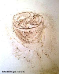 """""""xícara de capuccino, sem pires, sobre a mesa"""". Feito à partir da Impressão do fundo de uma vaso com raízes soltas sobre cerâmica esmaltada, percebi este """"desenho"""" quando movi o vaso para outro lugar. - Henrique Musashi"""