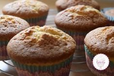 Μαθαίνουμε να φτιάχνουμε λαχταριστά cupcakes.Βασική συνταγή για αφράτα και πετυχημένα cupcakes.Διακοσμήστε τα με γλάσο ή ζαχαρόπαστα για σούπερ εμφανίσεις! Cake Cookies, Cupcake Cakes, Party Cakes, Sweet Recipes, Muffins, Cheesecake, Food And Drink, Sweets, Sugar