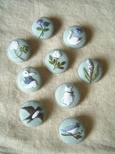 Cross Stitching Embroidery Buttons Bunny Bird Cat Swan Flowers / Kreuzstich Knöpfe Hase Kaninchen Blumen Katze Schwan Vogel would make beautiful decorations for anything Embroidery Designs, Embroidery Art, Embroidery Applique, Cross Stitch Embroidery, Button Art, Button Crafts, Textiles, Bordados E Cia, Dorset Buttons