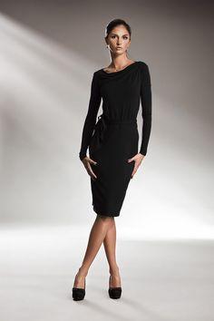 Ołówkowa czarna sukienka o długości midi