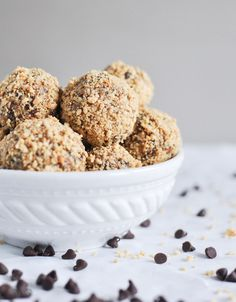 Healthy: Quick + Easy No Bake Oatmeal Peanut Butter Bites make the perfect snack! I howsweeteats.com